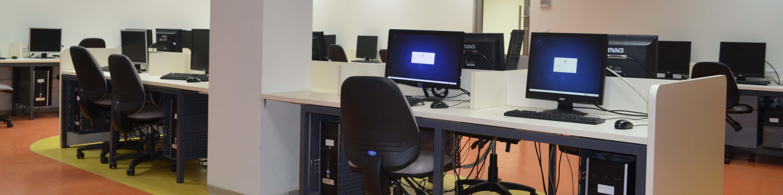 עמדות מחשבים במעבדה להנדסת תוכנה