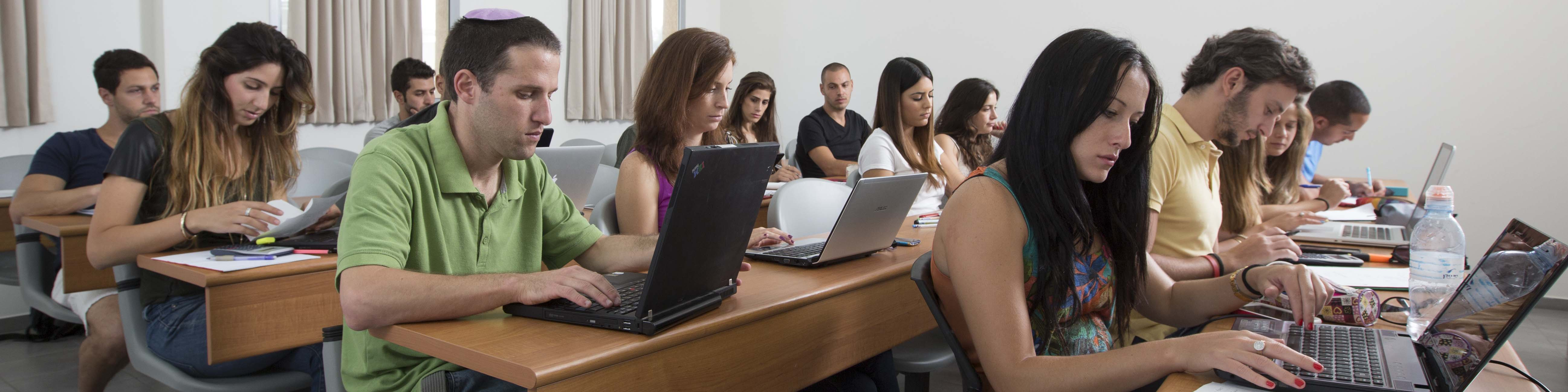 סטודנטים להנדסה במהלך שיעור