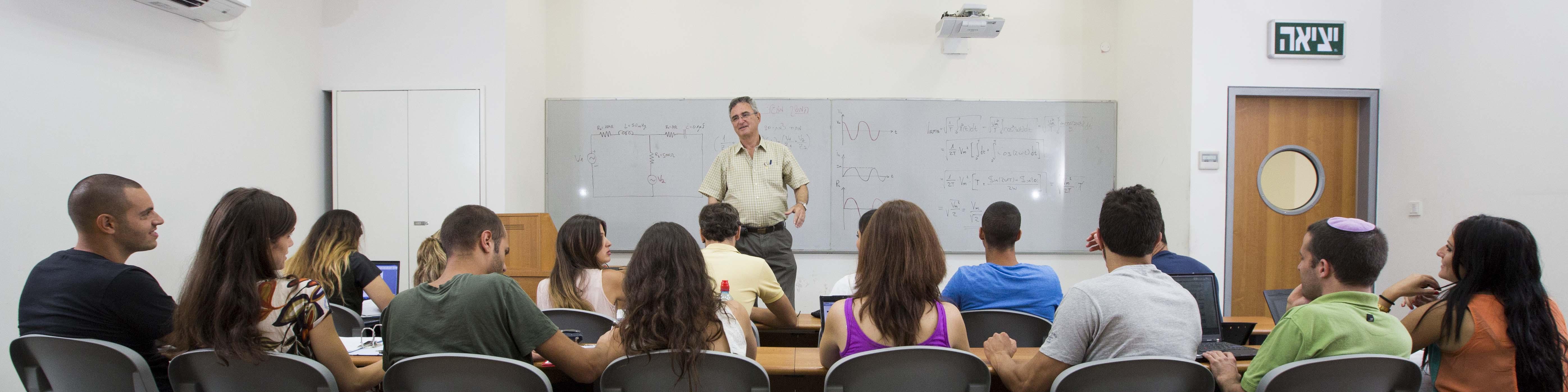 סטודנטים בשיעור עם פרופ' ישראל רינגל - המחלקה להנדסת פרמצבטית