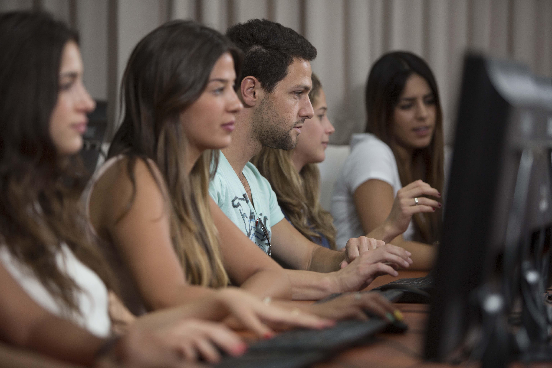סטודנטים בכיתת מחשבים