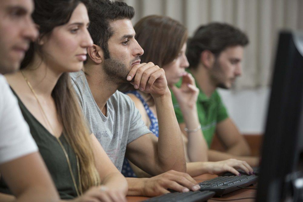 קבוצת סטודנטים בכיתת מחשבים