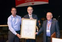 פרופ' מנחם בן ששון, נשיא האוניברסיטה העברית מקבל תואר עמית כבוד מאמיר אלשטיין ועוזי וכסלר