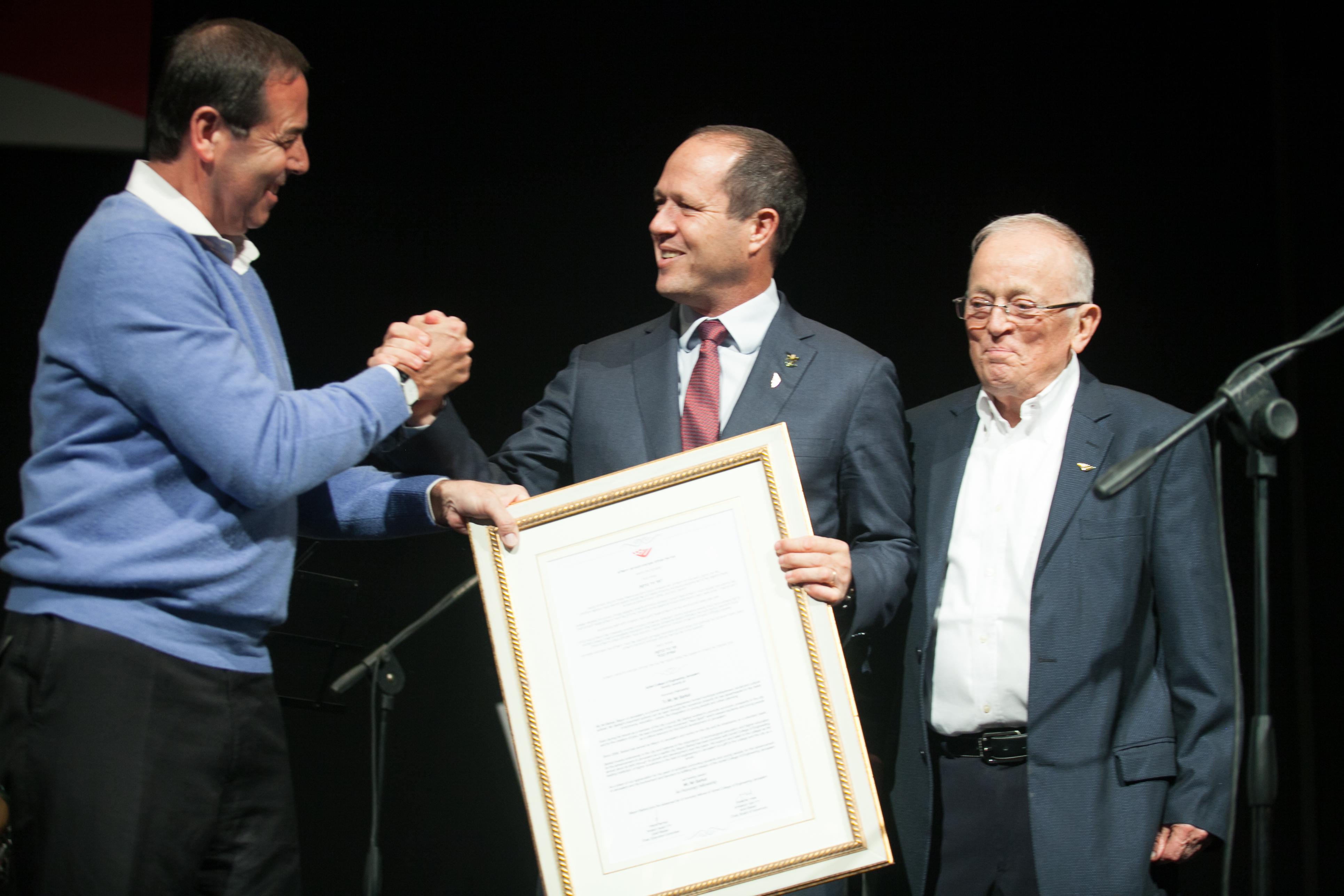 עוזי וכסלר ואמיר אלשטיין מעניקים לניר ברקת עמית כבוד