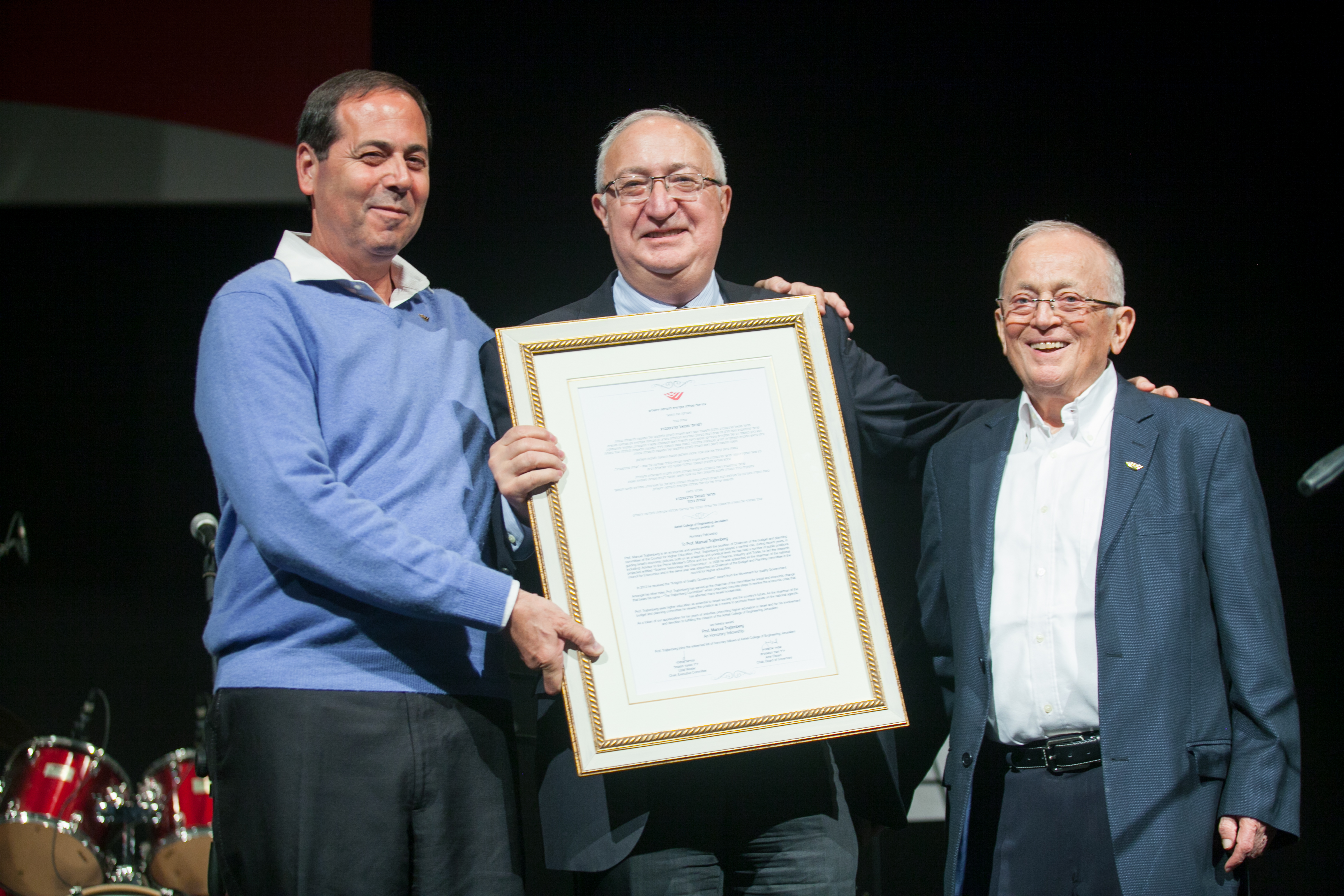 עוזי וכסלר ואמיר אלשטיין מעניקים לפרופ' מנואל טרכטנברג עמית כבוד