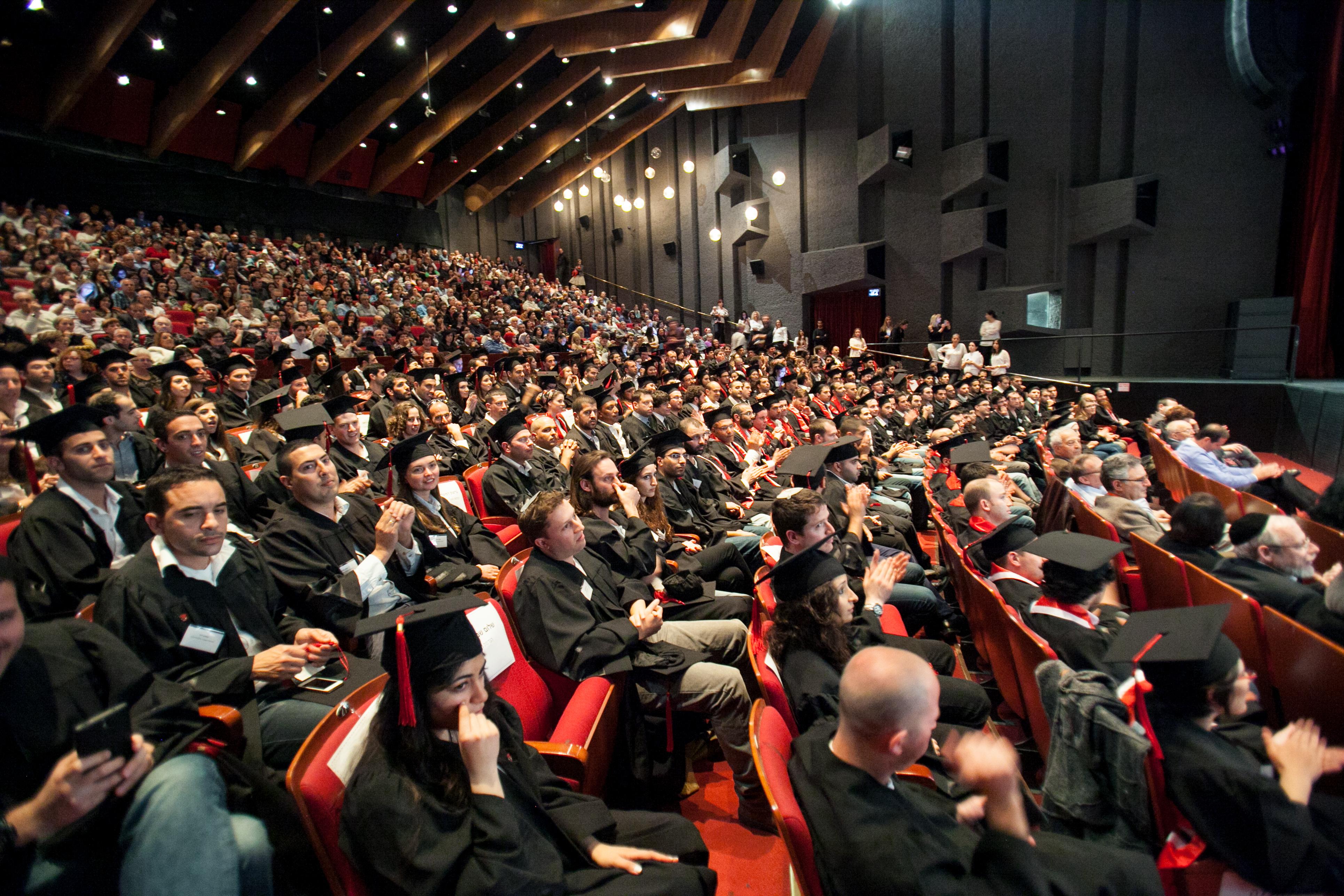 הקהל באולם