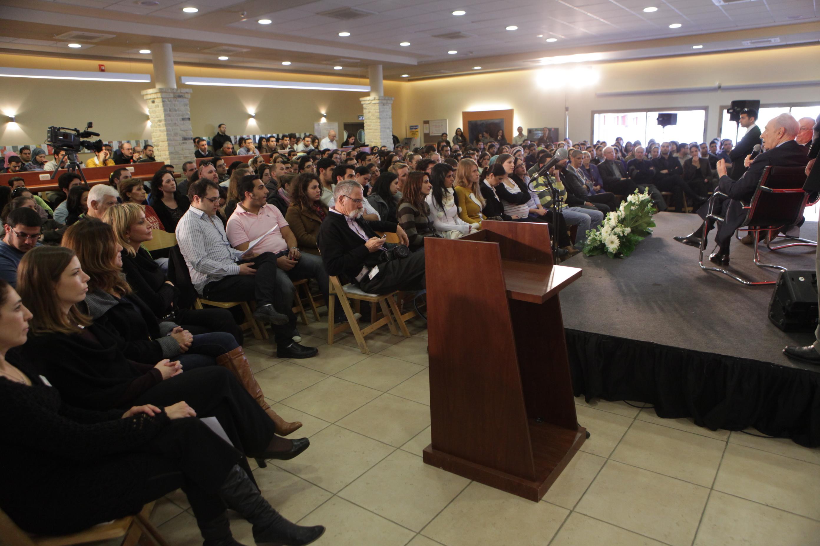הקהל בהרצאתו של שמעון פרס