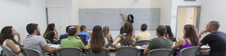 סטודנטים להנדסה בשיעור עם פרופ' תמר רז