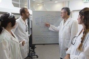 פרופ' ישראל רינגל בשיעור במעבדה